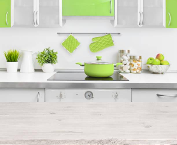 holztisch auf grüne moderne küche innenraum hintergrund bank - küche deko grün stock-fotos und bilder