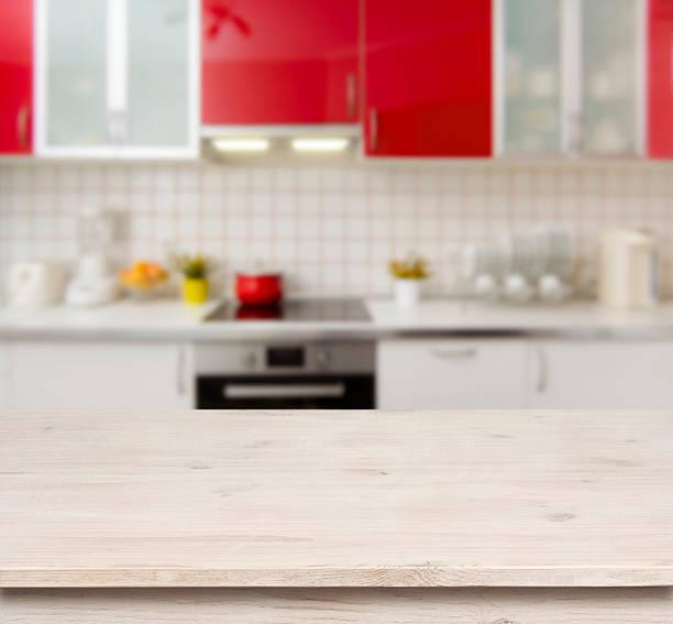 holztisch auf rotem hintergrund moderne küche bank interior - roten küchentische stock-fotos und bilder