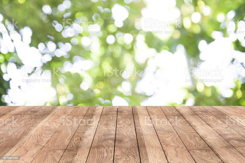Holztisch auf den Garten – Foto