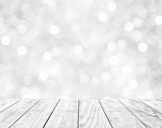 holztisch auf weiß abstrakter hintergrund - terrassen deck design stock-fotos und bilder