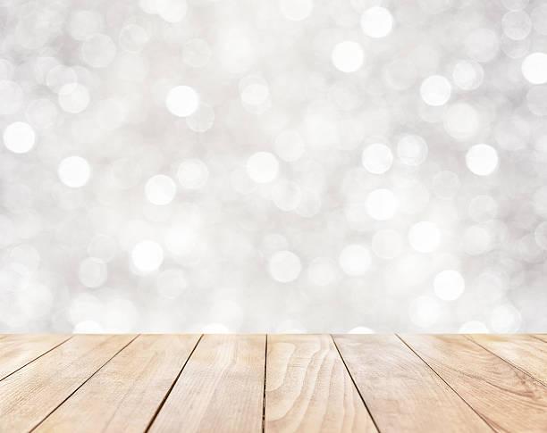 Mesa de madeira em fundo abstrato branco - foto de acervo