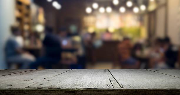 Tavolo in legno con plateau e bokeh a notte per questo prodotto - foto stock