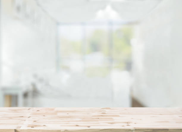Hölzerne Tischplatte vor unscharfen Schlafzimmer inneren Hintergrund – Foto