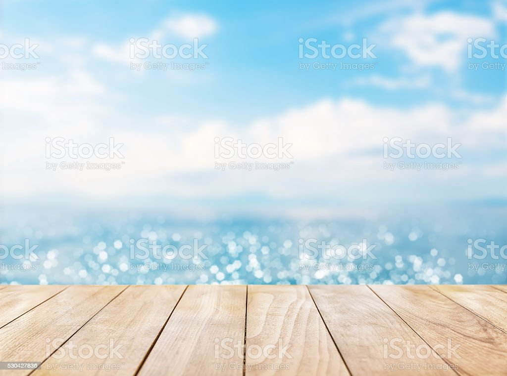 Wooden table top on blue sea and white sand beach​​​ foto