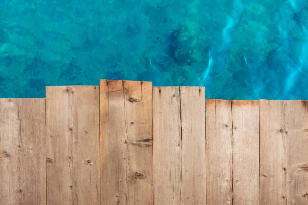 tampo de madeira no azul do mar e a praia de areia branca - píer - fotografias e filmes do acervo