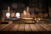 木製テーブルの眺めを背景にぼやけたお飲み物のバー