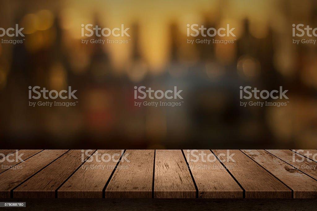 Tavolo di legno con vista sullo sfondo sfocato bevande bar - foto stock