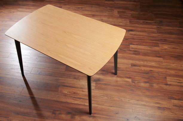 Holztisch mit schwarzen Beinen – Foto