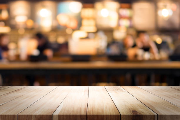 Holztisch mit Unschärfe Hintergrund der Coffee-Shop. – Foto