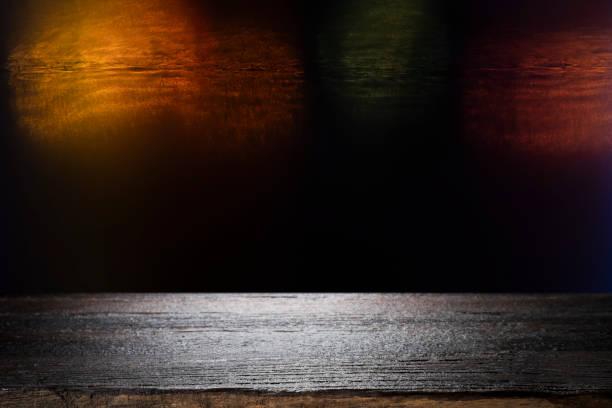 Holztisch mit unscharfem Nachtbokeh-Hintergrund. – Foto
