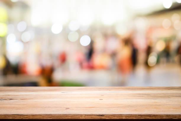 Holztisch mit abstrakten Hintergrund Bokeh. – Foto