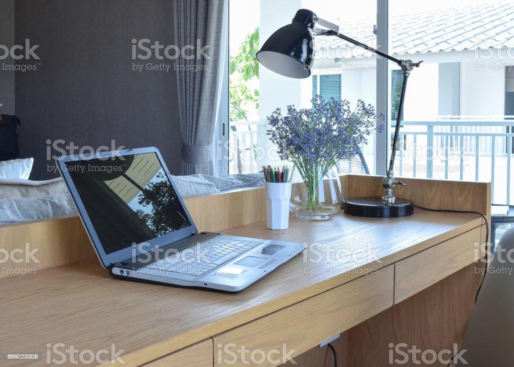 Holztisch Mit Computer Notebook Bleistift Lampe Und Blumen Vase Im