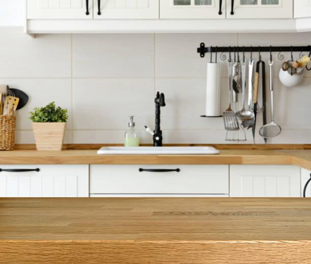 Mesa de madera con fondo cocina, encimera y lavamanos - foto de stock