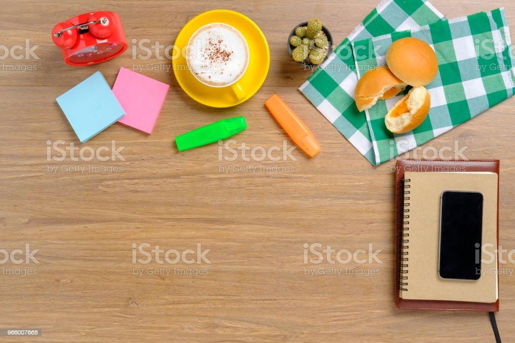 Holztisch mit Notebook, smartphone - Lizenzfrei Arbeiten Stock-Foto