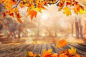 オレンジ色の木製のテーブルの葉秋の背景