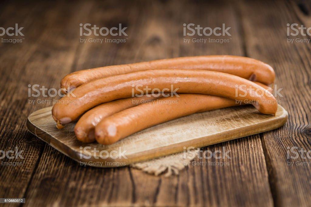 Holztisch mit Wiener Würstchen (Tiefenschärfe) – Foto