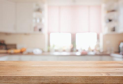 木桌面在被專注的廚房背景 照片檔及更多 住宅內部 照片