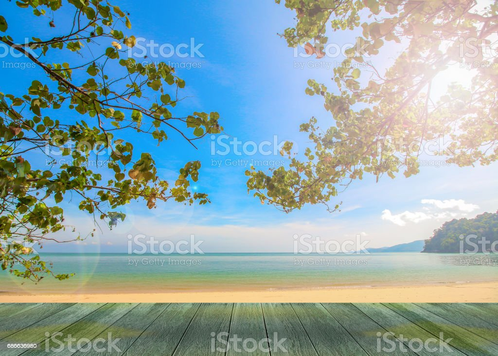 wooden tabletop with beautiful nature beach and blue sky background Стоковые фото Стоковая фотография