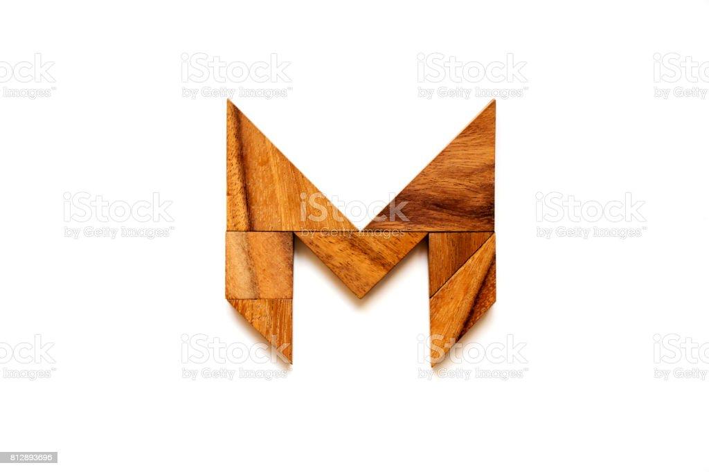 木製タングラム パズル 英語のアルファベット文字白い背景の上の