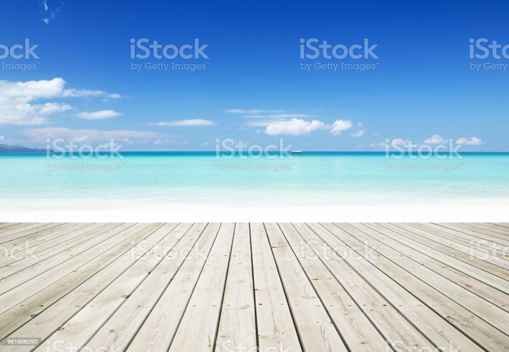 Terraza De Madera Al Lado De Playa Sol Verano Foto De Stock