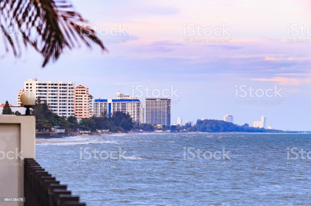 Wooden terrace on the beach looking to the sparkling sea, waves, blue sky, of a sunny day foto stock royalty-free