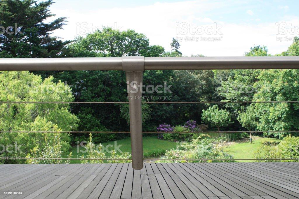 Terraza De Madera Con Vistas Al Jardín De La Casa Foto De