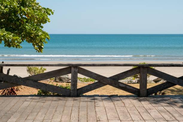 Holzterrasse mit Strand, Meer und blauer Himmelshintergrund- – Foto
