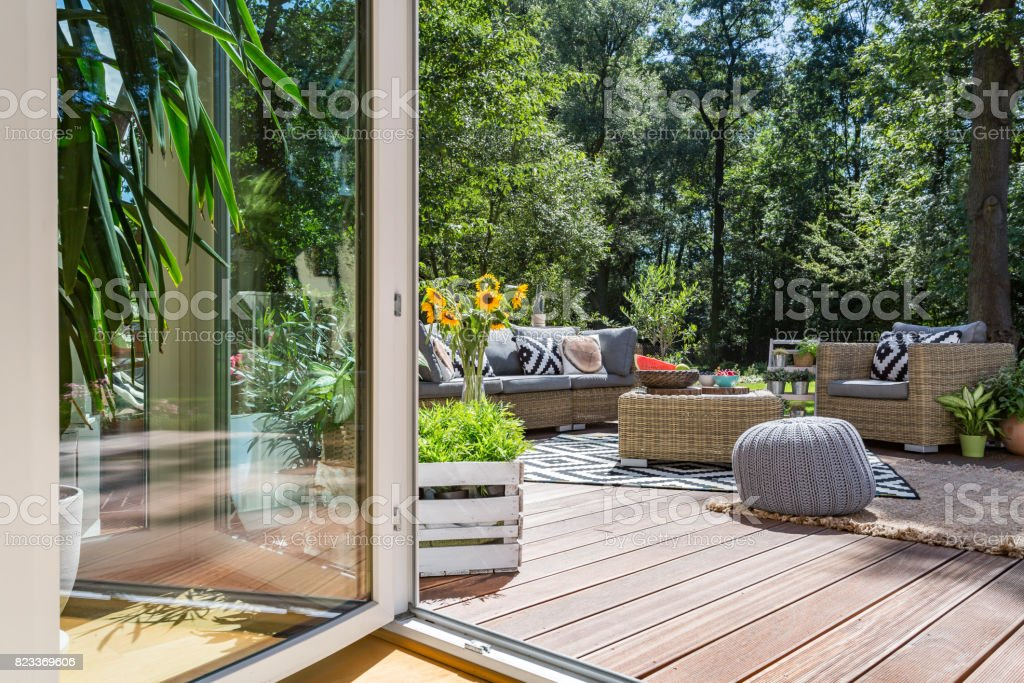 Terraza De Madera Con Muebles De Jardín Foto De Stock Y Más