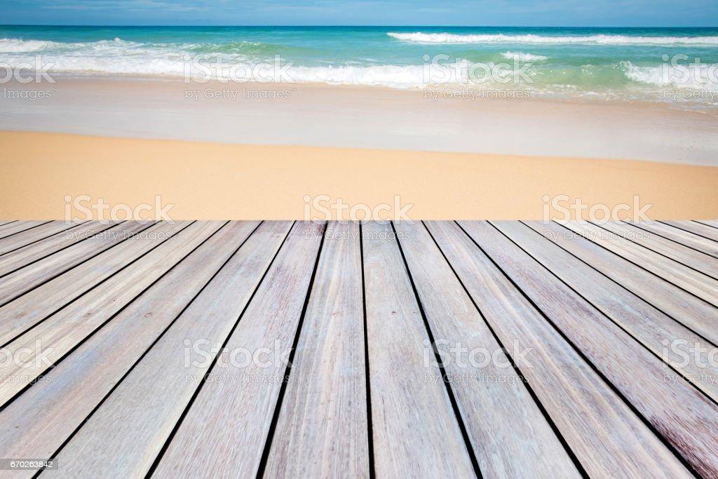 Terraza De Madera Con Playa De Arena Y El Mar Tropical Foto