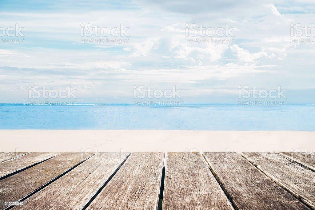Madera Terraza Con Vista A La Playa De Verano Foto De Stock