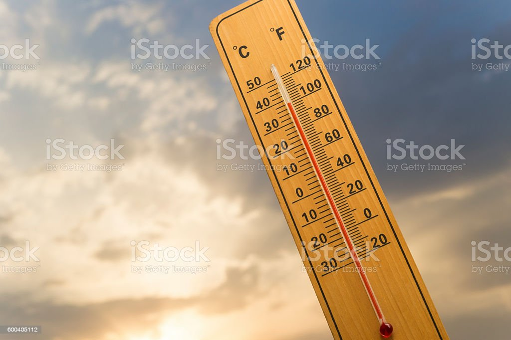 Wooden thermometer with a 100 degrees Fahrenheit (38 degrees Celsius) - foto de stock