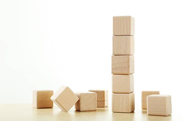 Cubos de juguete de madera de color marrón sobre un fondo de madera - foto de stock