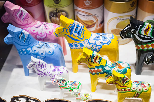 wooden toy horses, swedish souvenir - dalarna pferd stock-fotos und bilder