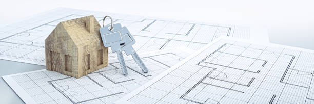 holzspielzeug haus schlüsselanhänger mit schlüsseln auf grundplänen - herrenhaus grundrisse stock-fotos und bilder