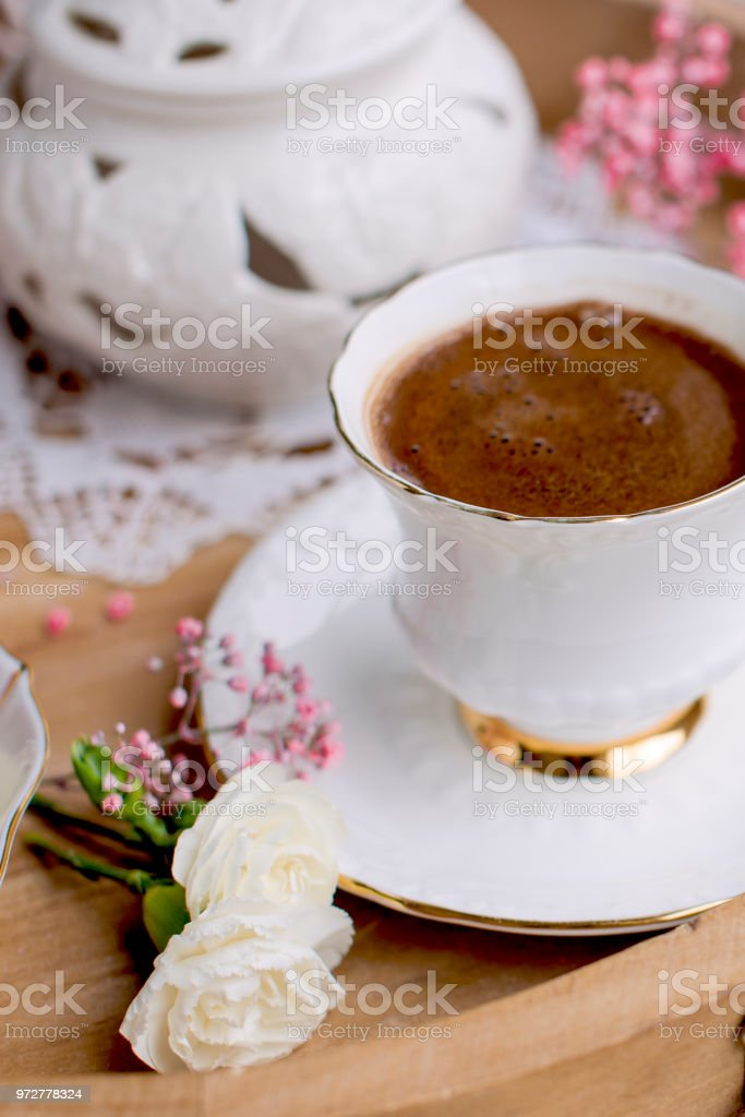 Ein Holztablett Mit Frühstück Und Duftender Kaffee Himbeere