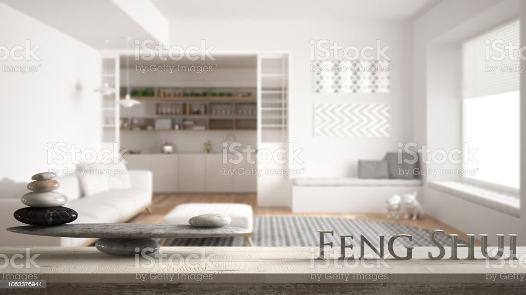 Vintage Holztisch Regal Mit Stein Balance Und 3d Buchstaben Das Wort Fengshui Uber Minimalistischen Wohnzimmer Mit Sofa Und Grosser Runder Teppich Zen