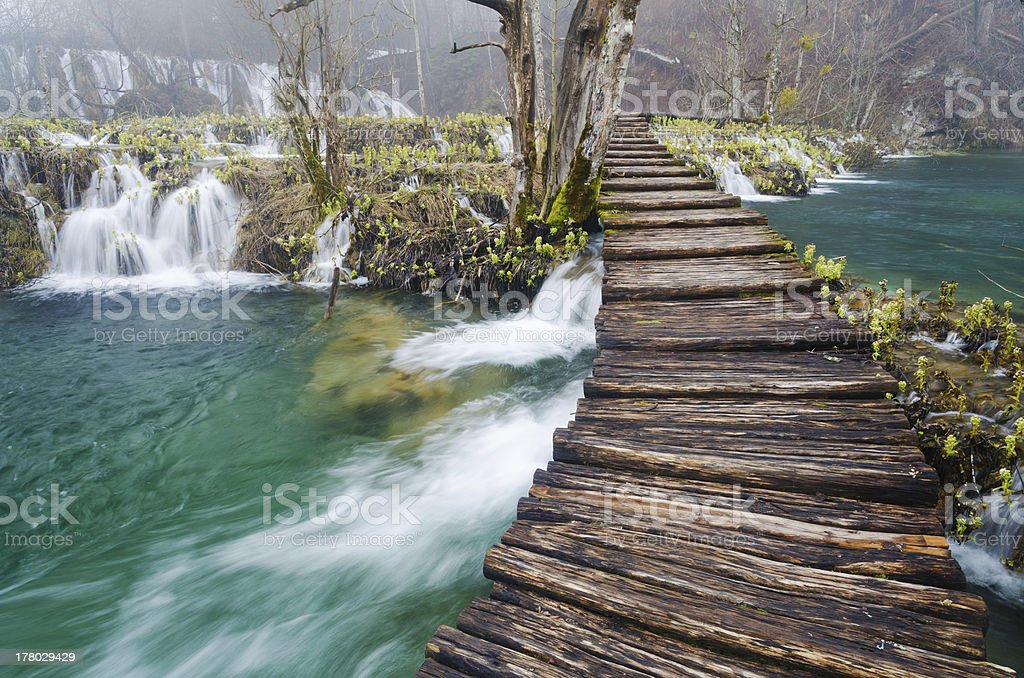 Hölzerner Fußweg im Plitivice Lakes Lizenzfreies stock-foto