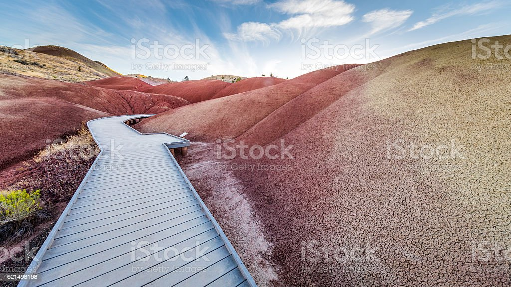 Wooden walkway between the red hills. The unusual landscape. foto stock royalty-free