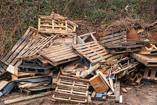 Hölzerne Abfall landen neben einem road – Foto