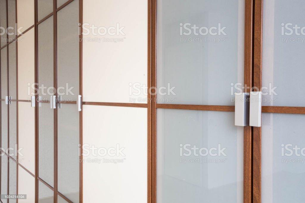 Portes De Placard En Bois Blanc Closeup Pour Vêtements Moderne