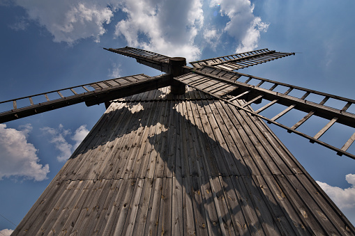 Wooden Windmill In Poland - Fotografie stock e altre immagini di Ambientazione esterna