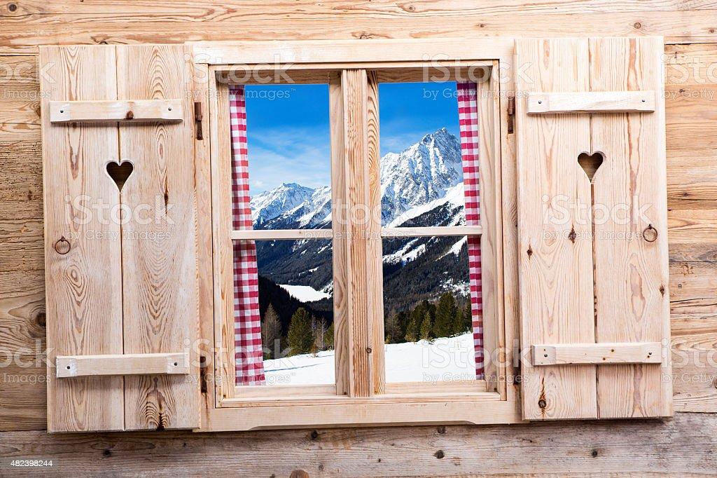 Holz Fenster mit schneebedecktem Berg reflections – Foto