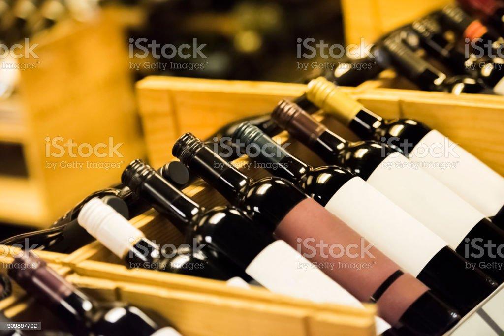 Hölzerne Weinregal mit Weinflaschen – Foto
