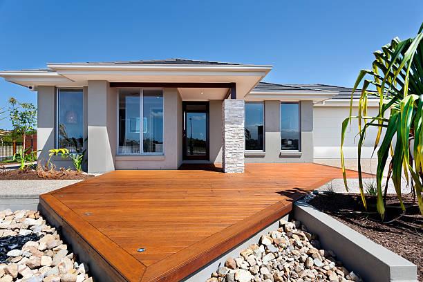Hölzerne hof mit große Felsen in einem modernen Haus – Foto