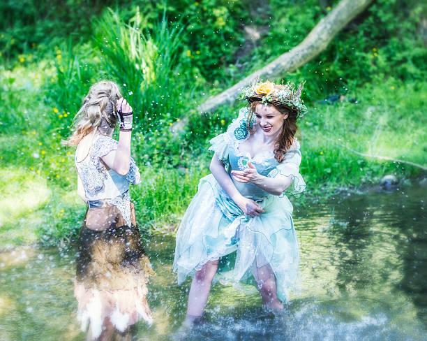 woodland feen planschen wasser im fluss - elfenkostüm damen stock-fotos und bilder