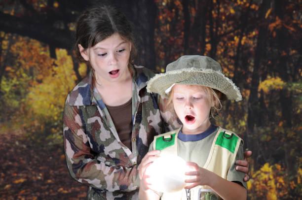 ein wald überraschung - camouflagekleidung mädchen stock-fotos und bilder
