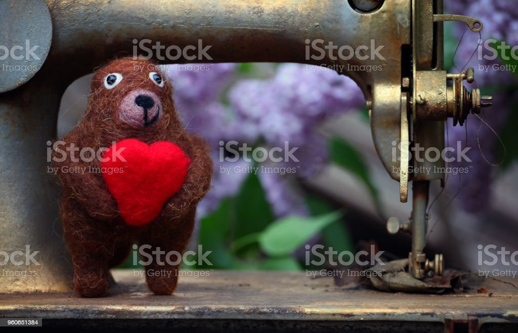 Oso de lana máquina de coser del corazón - foto de stock