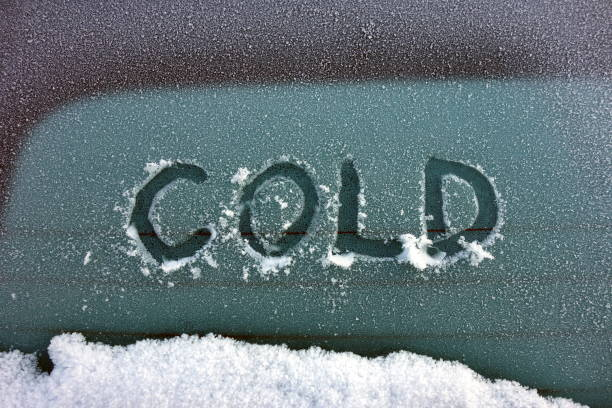 word cold written on rear glass of a vehicle - car chill foto e immagini stock