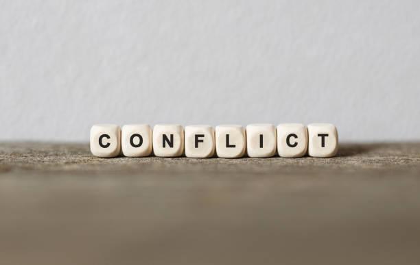 wort-konflikt, die mit holz bausteine - konflikt stock-fotos und bilder