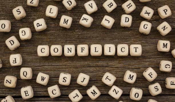 wort-konflikt geschrieben auf holz-block - konflikt stock-fotos und bilder